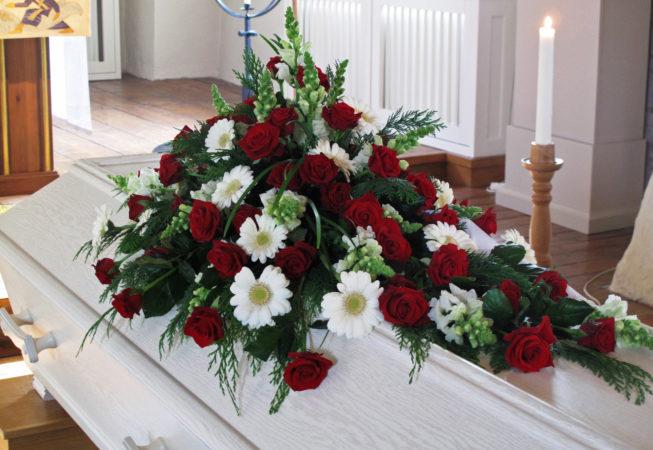 begravning röda rosor